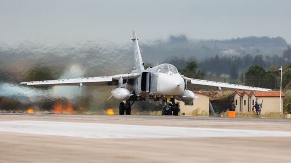 Бомбардировщик Су-24 ВКС России на авиабазе Хмеймим в Сирии