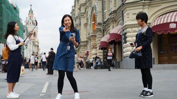 Туристы на Никольской улице в Москве