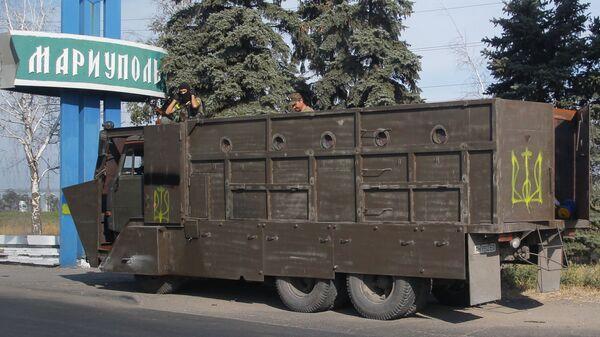 Бронированный грузовик с украинскими военными на вьезде в Мариуполь. 28 августа 2014