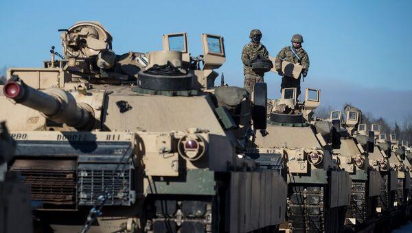 Американские военные готовят танки Абрамс к разгрузке на железнодорожной станции в Литве. Архивное фото