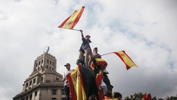 Участники акции в защиту единства Испании в Барселоне. Архивное фото