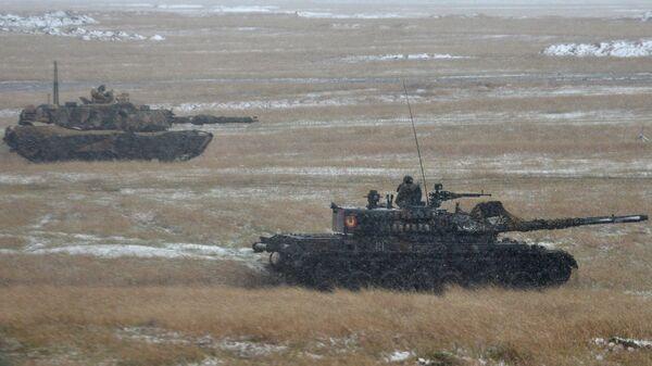 Румынский танк TR-85M1 Bizonul и американский танк M1A1 Abrams во время совместных учений