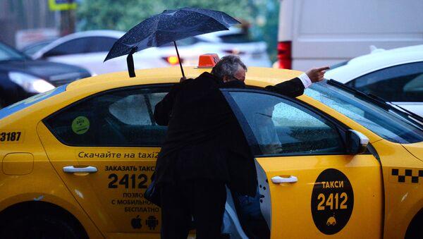 Мужчина у автомобиля такси в Москве. Архивное фото
