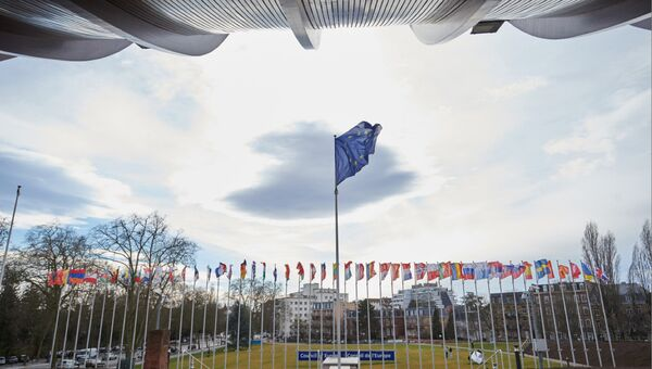 Флаг ЕС перед зданием штаб-квартиры Совета Европы в Страсбурге, Франция. Архивное фото