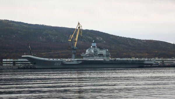 Тяжёлый авианесущий крейсер (ТАВКР) Адмирал Флота Советского Союза Кузнецов на причале в Кольском заливе в Мурманской области. Архивное фото