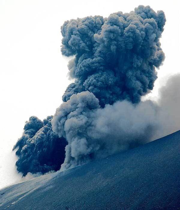 Вулкан Корякский ежесекундно выбрасывает в воздух 20 тонн пепла