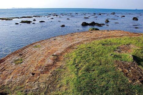 Остатки маяка на берегу Явы