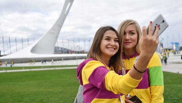 Участницы XIX Всемирного фестиваля молодежи и студентов фотографируются в Олимпийском парке в Сочи