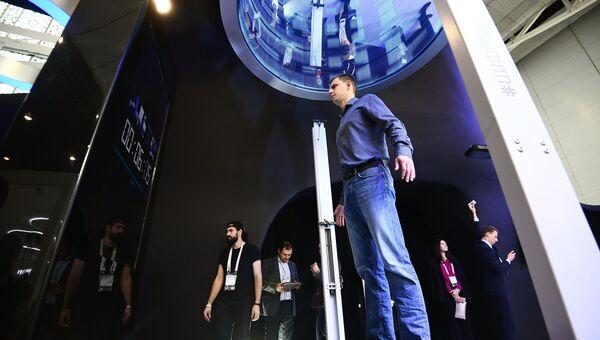 Посетители на выставке, проходящей в рамках международного форума Открытые Инновации- 2017. 16 октября 2017