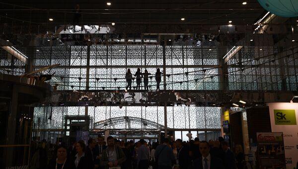 Посетители на выставке, проходящей в рамках международного форума Открытые Инновации- 2017  в Москве. 16 октября 2017
