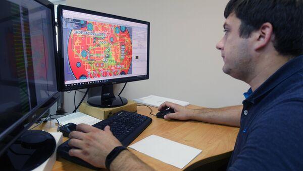 Инженер в цехе по производству деталей к изделиям. Архивное фото
