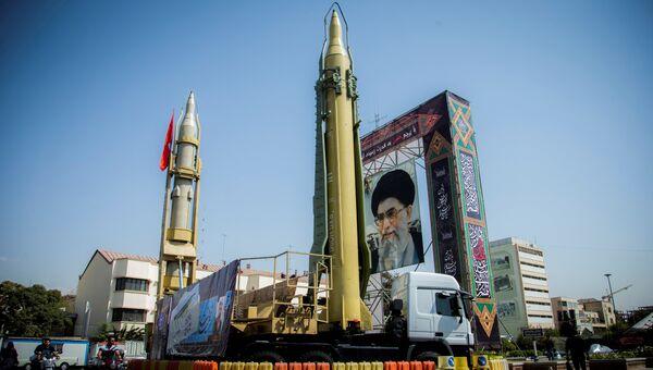 Иранские ракеты рядом с портретом аятоллы Али Хаменеи в Тегеране