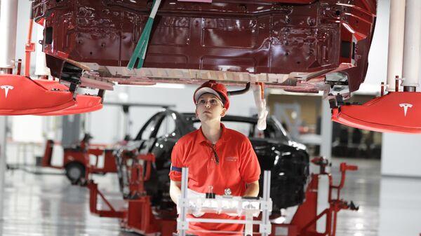 Сотрудник на заводе Tesla в Фримонте, штат Калифорния