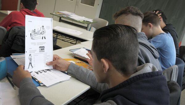 Студенты-беженцы на занятиях в школе. Архивное фото