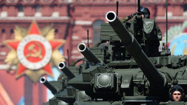 Основные боевые танки Т-90А во время военного парада на Красной площади в Победы в Великой Отечественной войне 1941-1945 годов