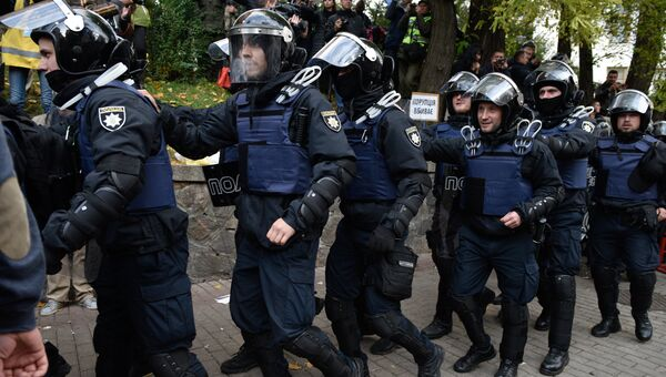 Сотрудники полиции во время акции протеста у здания Верховной рады Украины в Киеве