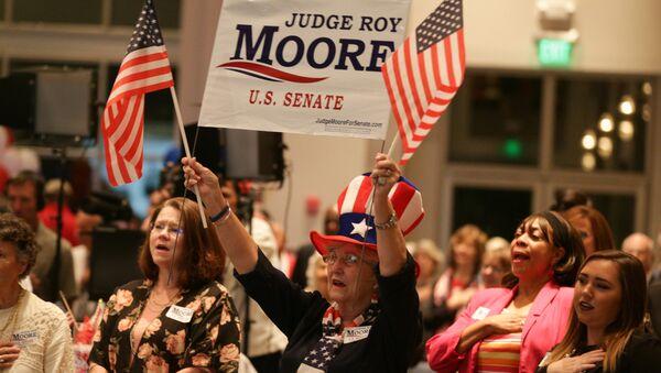 Сторонники кандидата от Республиканской партии Роя Мура во время выдвижения его кандидатуры на выборы в Сенат в Монтгомери, штат Алабама. 26 сентября 2017