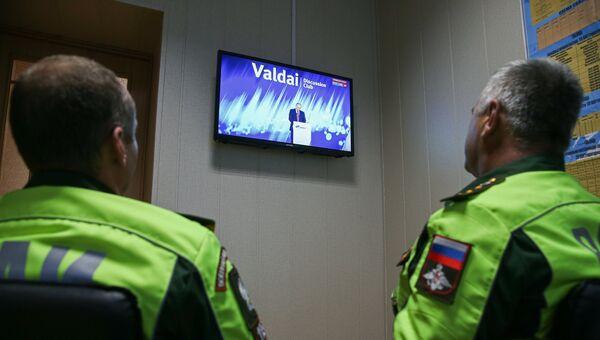 Военнослужащие автоинспекции смотрят трансляцию выступления президента РФ Владимира Путина на заседании Валдай