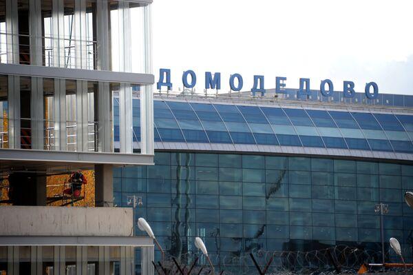 Рабочий на территории строительства нового терминала аэропорта Домодедово
