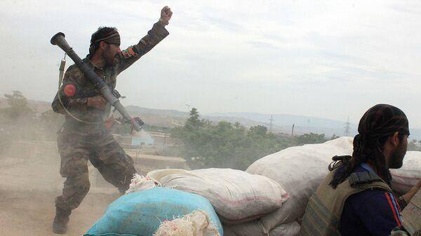 Военнослужащие афганской армии во время столкновения с талибами в городе Кундуз