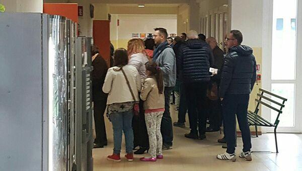 Люди на участке для голосования на референдуме об автономии в области Венето, Италия. 22 октября 2017