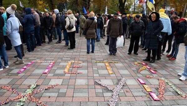 Кондитерские изделия, выложенные в надпись Петя жуй, на площади Конституции в Киеве, где проходит вече у здания Верховной рады. 22 октября 2017