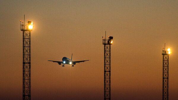 Пассажирский самолет в аэропорту Толмачево в Новосибирске