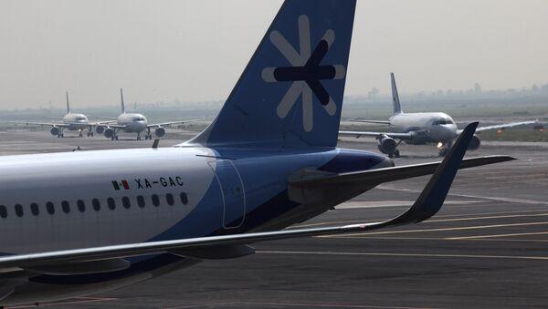 Самолет компании Interjet  в Международном аэропорту Бенит Хуарес Мехико, Мексика