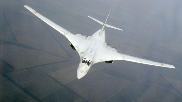 Сверхзвуковой стратегический бомбардировщик Ту-160 в воздухе