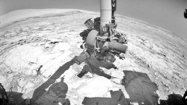 Первые кадры пробного бурения, которое осуществил марсоход Curiosity после поломки его бура