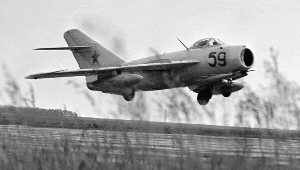 Самолет МИГ-17 взлетает с аэродрома. Архивное фото