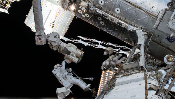 Астронавты НАСА Джозеф Акаба и Ренди Брезник во время выхода в открытый космос. 20 октября 2017