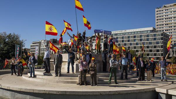 Участники акции в поддержку единства Испании в Мадриде. 28 октября 2017