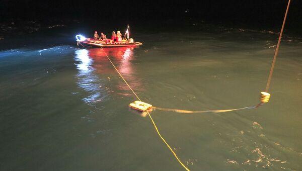 Спасатели МЧС России при помощи аппарата Фалькон обследуют упавший в море вертолет Ми-8 в Норвегии. 30 октября 2017