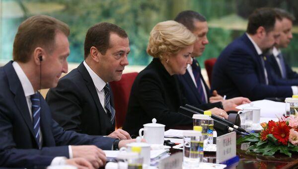 Председатель правительства РФ Дмитрий Медведев во время встречи в Пекине с премьером Государственного совета КНР Ли Кэцяном. 1 ноября 2017
