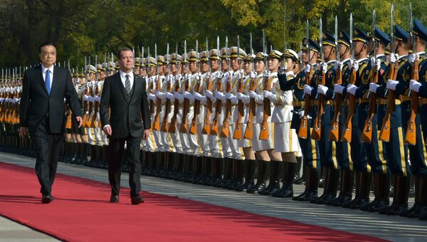 Председатель правительства РФ Дмитрий Медведев и премьер Государственного совета КНР Ли Кэцян в Пекине. 1 ноября 2017