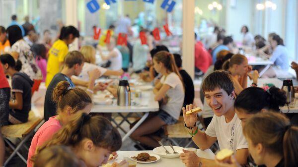 Посетители во время приема пищи в столовой всероссийского детского центра Океан во Владивостоке