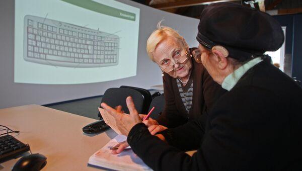 Пенсионерки проходят обучение на курсах компьютерной грамотности для граждан пожилого возраста в Калининграде