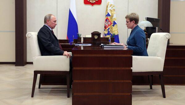 Президент РФ Владимир Путин и губернатор Мурманской области Марина Ковтун во время встречи. 2 ноября 2017