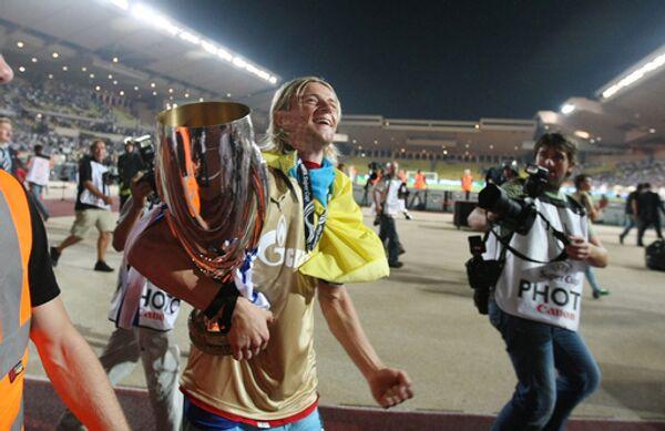 Капитан Зенита Анатолий Тимощук с Суперкубком УЕФА