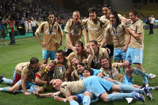 Футболисты Зенита с Суперкубком УЕФА