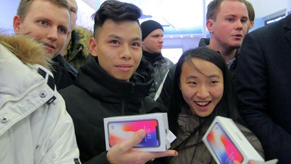 Покупатели во время старта продаж нового смартфона iPhone X в магазине Связной на Тверской улице в Москве. 3 ноября 2017