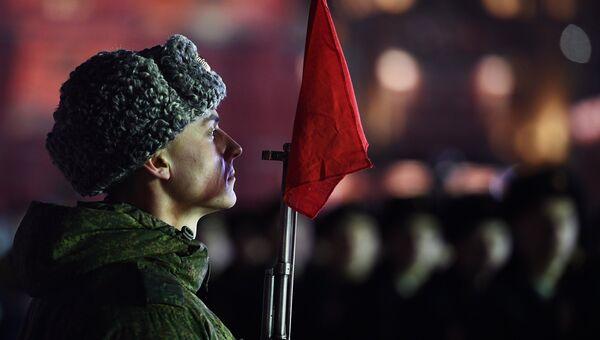 Военнослужащий во время репетиции марша, посвященного 76-й годовщине военного парада на Красной площади 7 ноября 1941 года