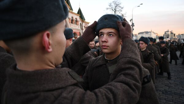 Военнослужащие во время репетиции марша, посвященного 76-й годовщине военного парада на Красной площади 7 ноября 1941 года