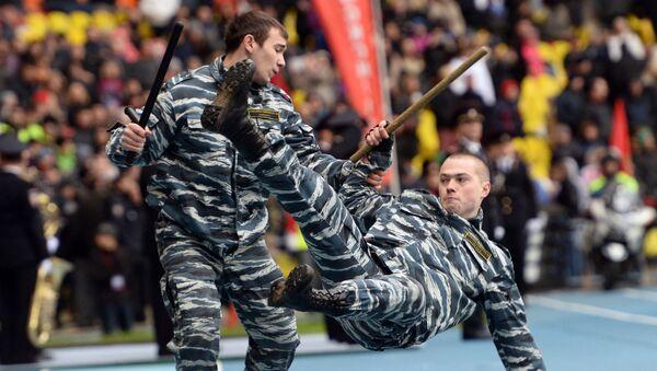 Сотрудники органов внутренних дел РФ во время показательных выступлений в честь спортивного праздника московской полиции в Большой спортивной арене Лужники