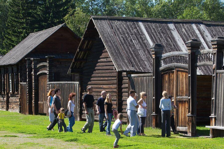 Туристы на территории историко-этнографического музея-заповедника «Шушенское»