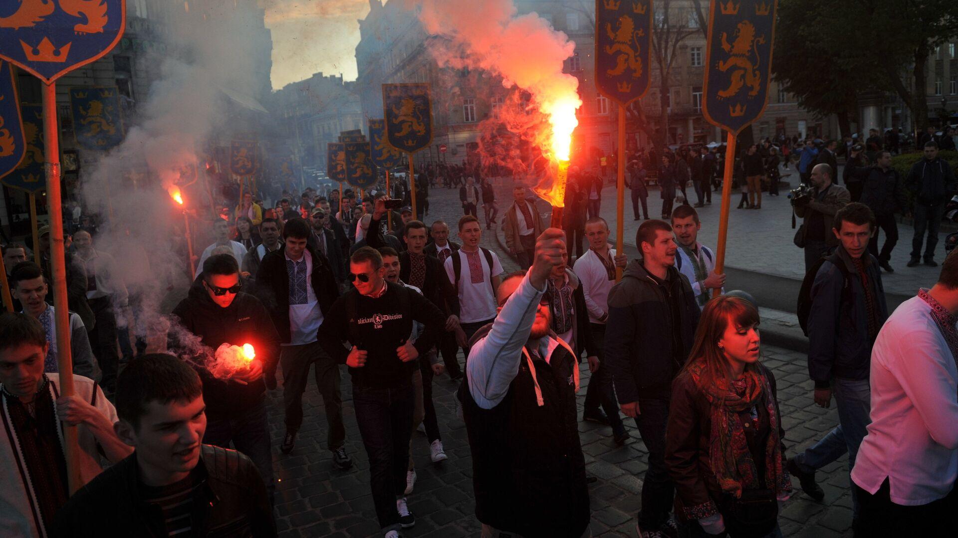 Участники марша в честь годовщины создания дивизии СС Галичина во Львове - РИА Новости, 1920, 29.07.2021