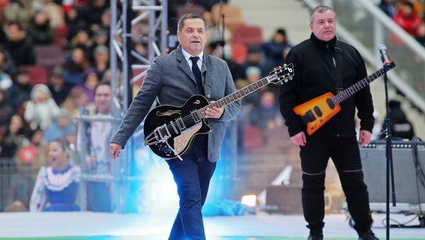 Лидер группы Любэ, народный артист России Николай Расторгуев на митинге-концерте Россия объединяет! в Москве. 4 ноября 2017