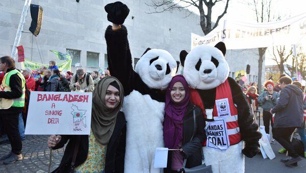 Участники демонстрации в Бонне, где в понедельник начинается конференция ООН по климату. 4 октября 2017