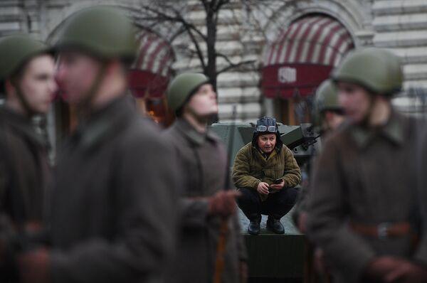 Участники генеральной репетиции марша, посвященного 76-й годовщине парада 1941 года, на Красной площади в Москве